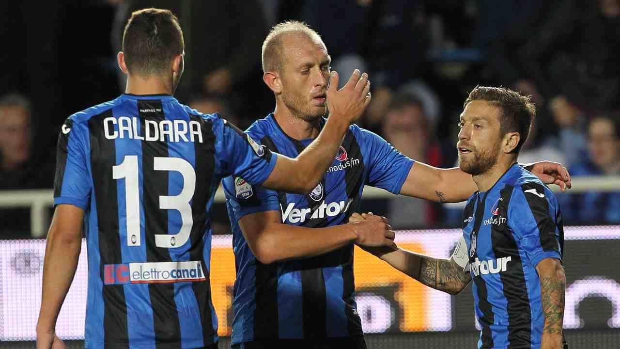 Atalanta: Caldara, Masiello e Papu Gomez festeggiano il gol contro il Crotone, 20 settembre 2017 (foto di Marco Luzzani/Getty Images)
