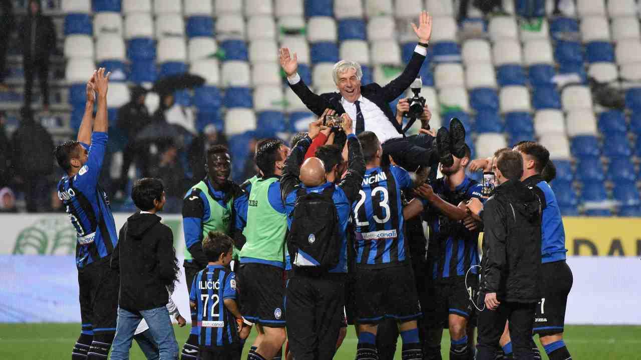 L'Atalanta celebra Gasperini dopo la vittoria in trasferta con il Sassuolo il 26 Maggio 2019 (Photo by Alessandro Sabattini/Getty Images)