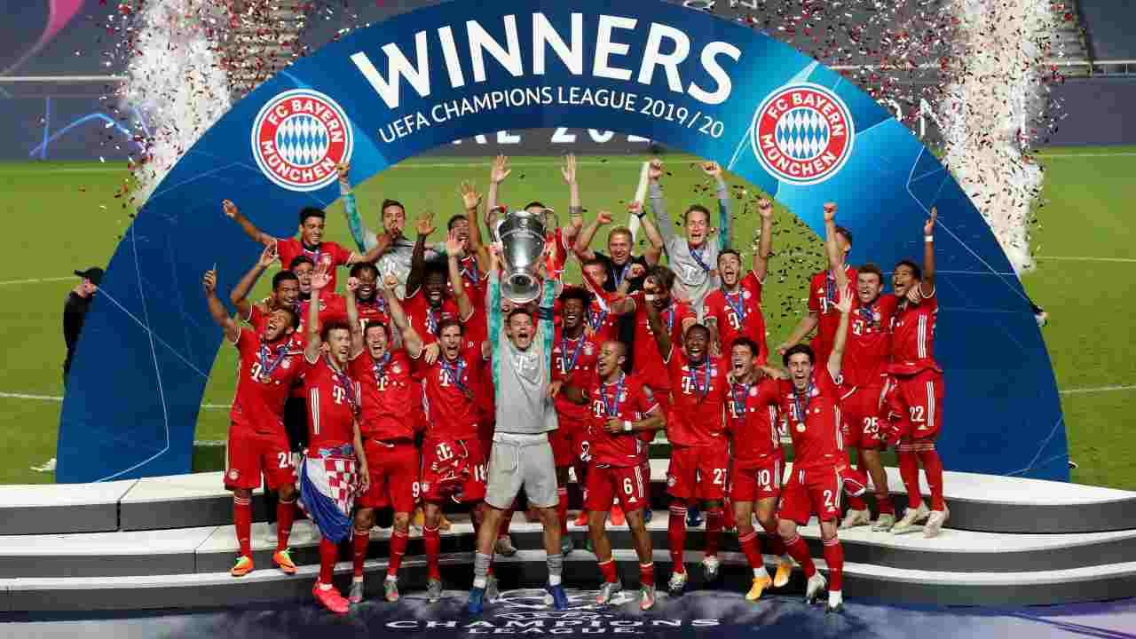 Il capitano del Bayern Monaco Manuel Neuer solleva la coppa della Champions League, 23 agosto 2020 (Foto di Miguel A. Lopes/Pool via Getty Images)