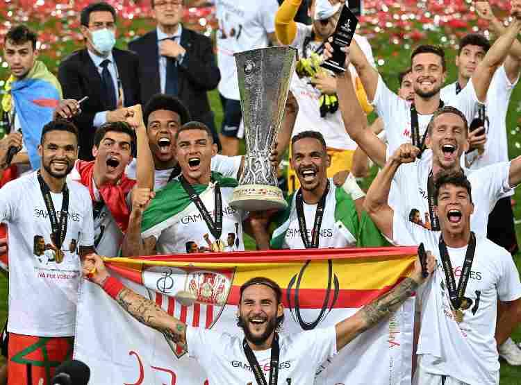 Il Siviglia festeggia la vittoria dell'Europa League, 21 agosto 2020 (Foto di Ina Fassbender/Pool via Getty Images)