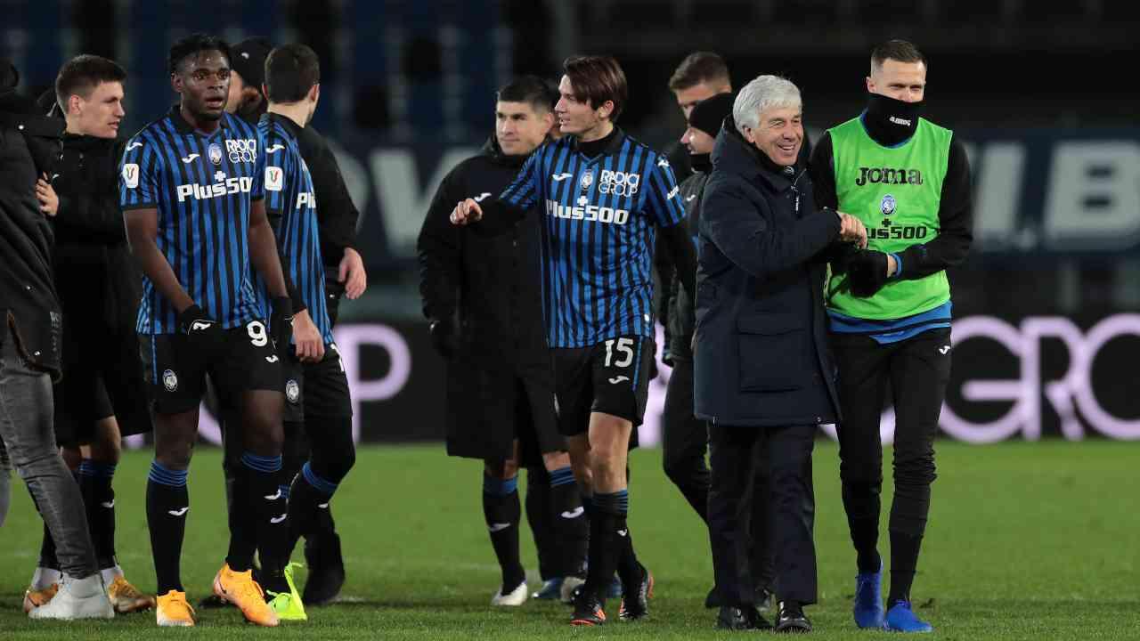 Atalanta, da destra: Josip Ilicic ed il suo allenatore Gian Piero Gasperini si abbracciano al termine della partita di Coppa Italia con la Lazio, 27 gennaio 2021 (foto diEmilio Andreoli/Getty Images)