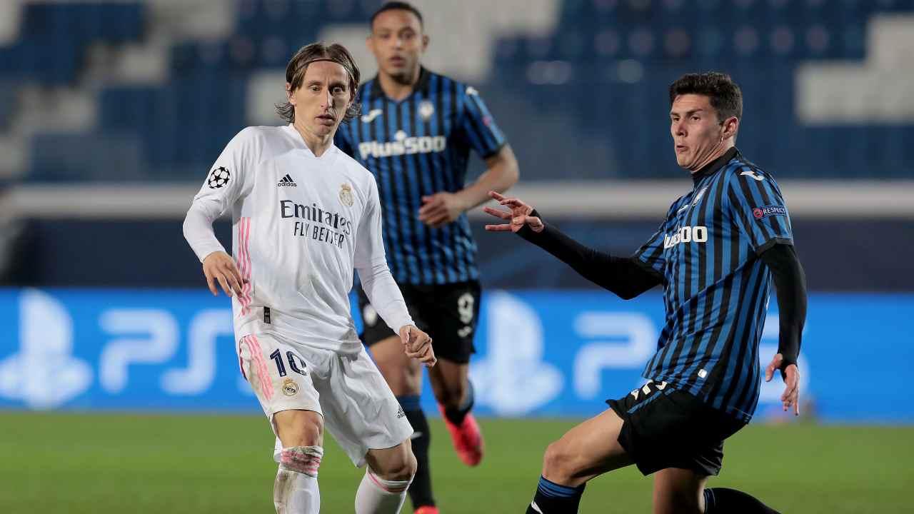 Da sinistra: Luka Modric del Real Madrid in corsa sul pallone insieme a Luis Muriel e Matteo Pessina dell'Atalanta durante gli ottavi di Champions League del 24 febbraio 2021 (foto di Emilio Andreoli/Getty Images)