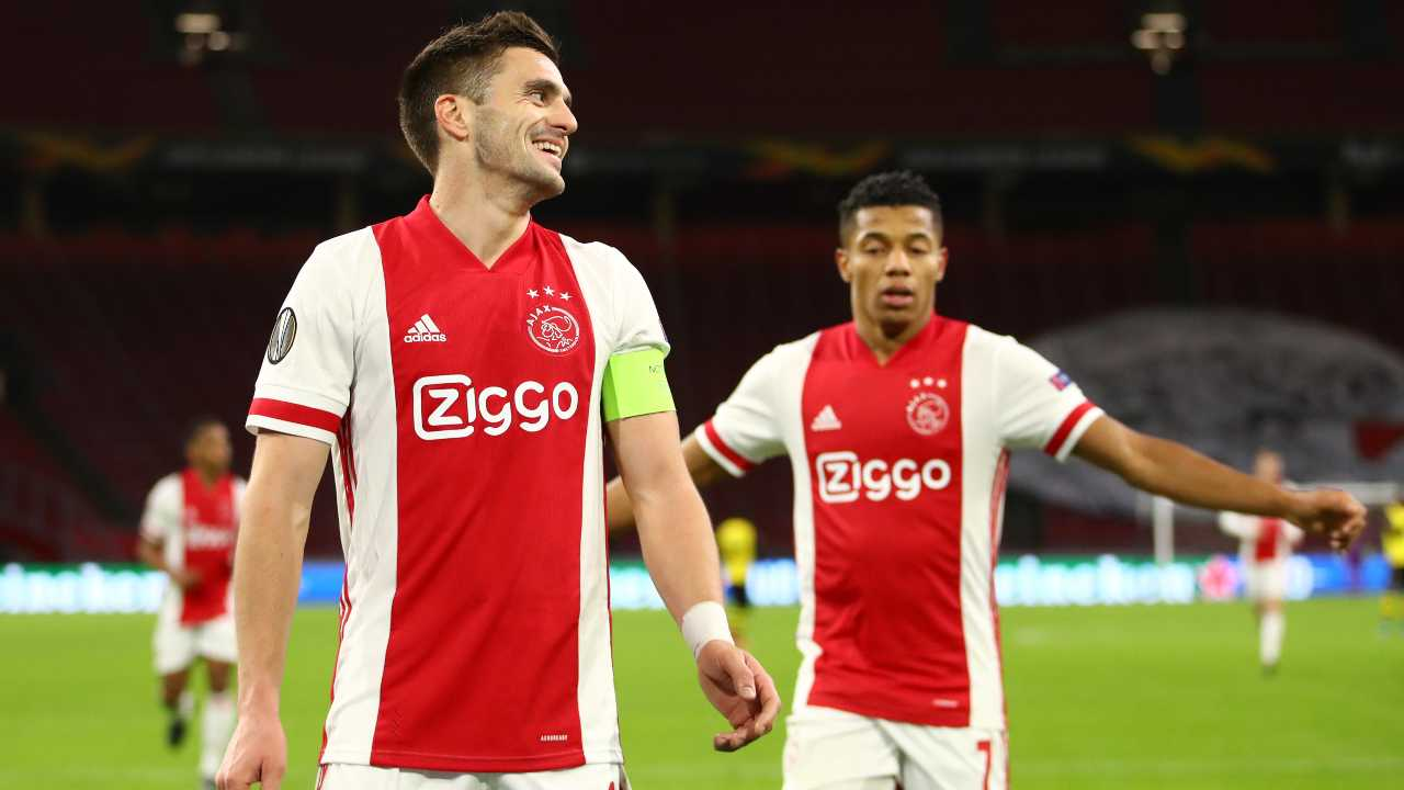 Ajax, da sinistra: il capitano Dusan Tadic festeggia con David Neres la rete del secondo gol con lo Young Boys. Europa League, 11 marzo 2021 (foto di Dean Mouhtaropoulos/Getty Images)