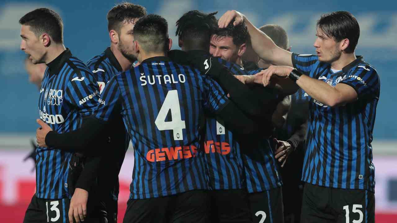 Atalanta, al centro: il numero 32 Matteo Pessina viene festeggiato da suoi compagni dopo il secondo gol in Coppa Italia al Napoli, 10 febbraio 2021 (foto di Emilio Andreoli/Getty Images).