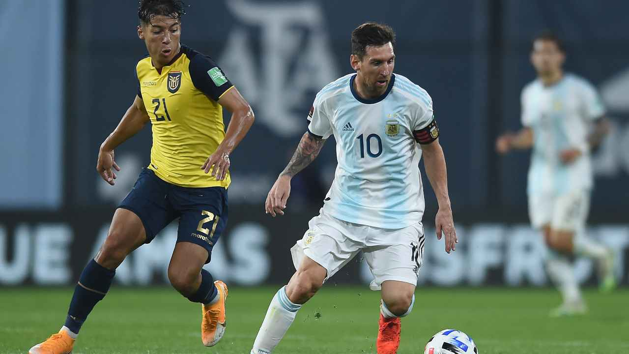 Partita Argentina-Equador dei gironi di qualificazione CONMEBOL per la Coppa del Mondo di Qatar del 2022. Da sinistra: Moises Caicedo dell'Equador in marcatura su Leo Messi dell'Argentina, 8 ottobre 2020 (foto di Marcelo Endelli/Getty Images)