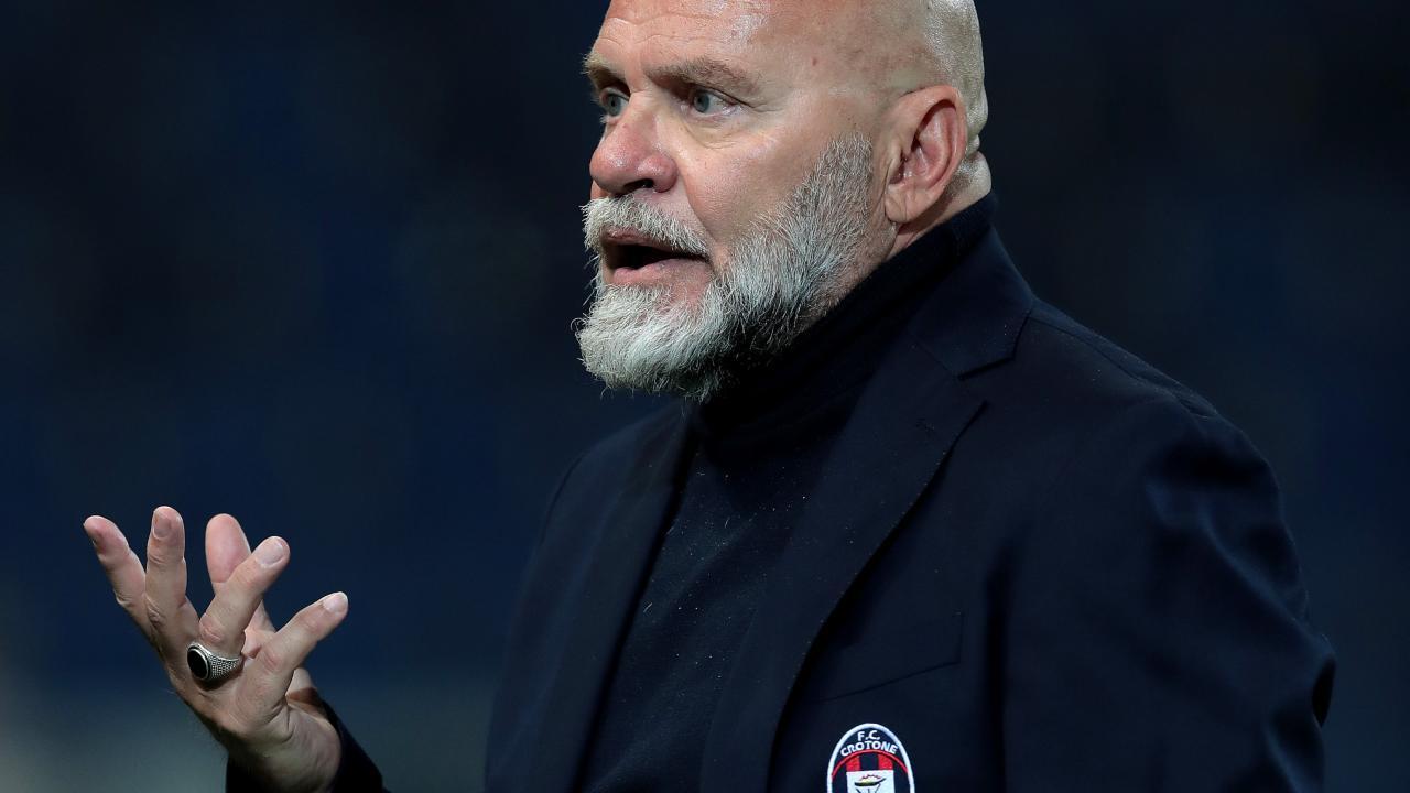 Crotone, l'allenatore Serse Cosmi a bordocampo durante la sua prima partita in rossoblù. 3 marzo 2021, venticinquesima giornata di Serie A con l'Atalanta (foto di Emilio Andreoli/Getty Images)