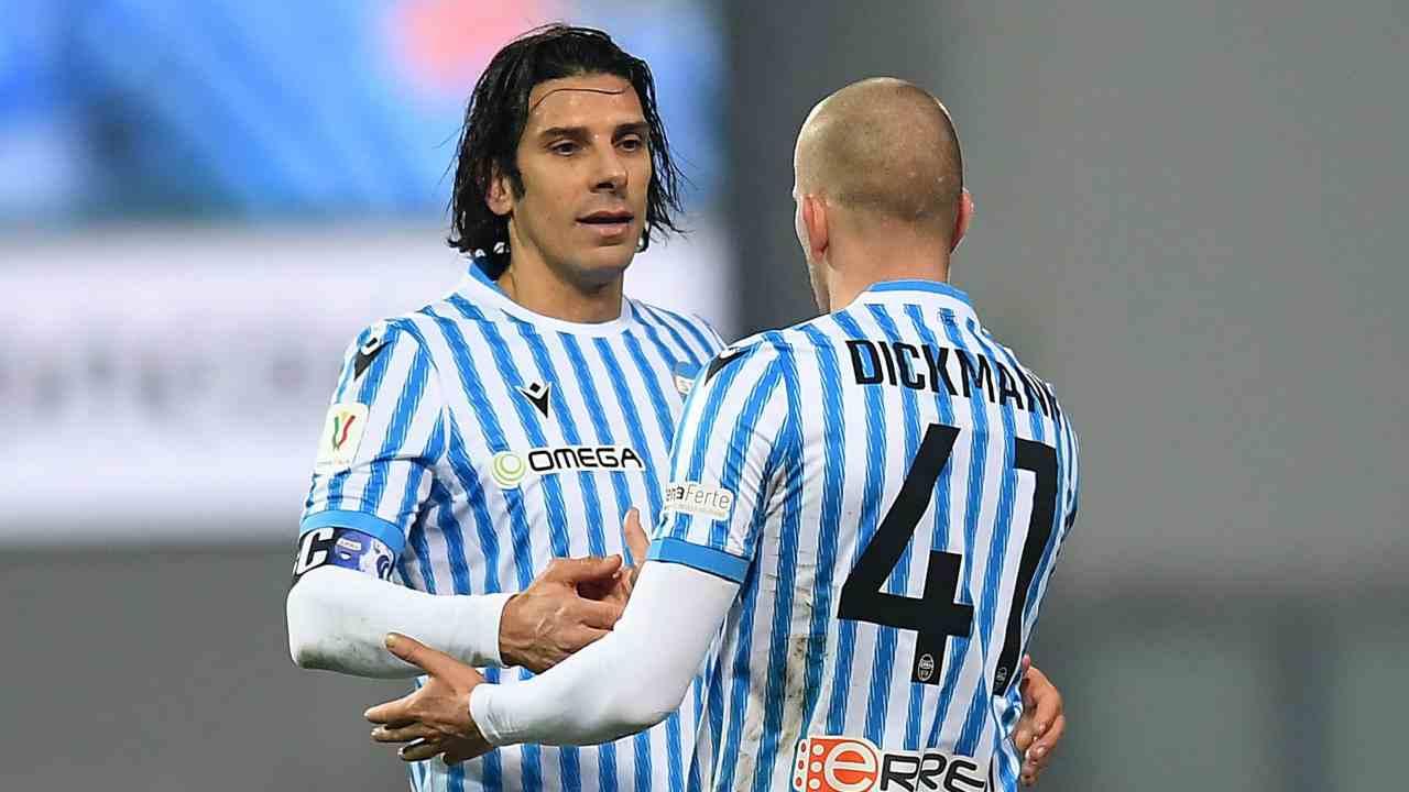 SPAL, da sinistra: l'attaccante Sergio Floccari si abbraccia in campo con Lorenzo Dickmann. Coppa Italia, 14 gennaio 2021 (foto di Alessandro Sabattini/Getty Images)