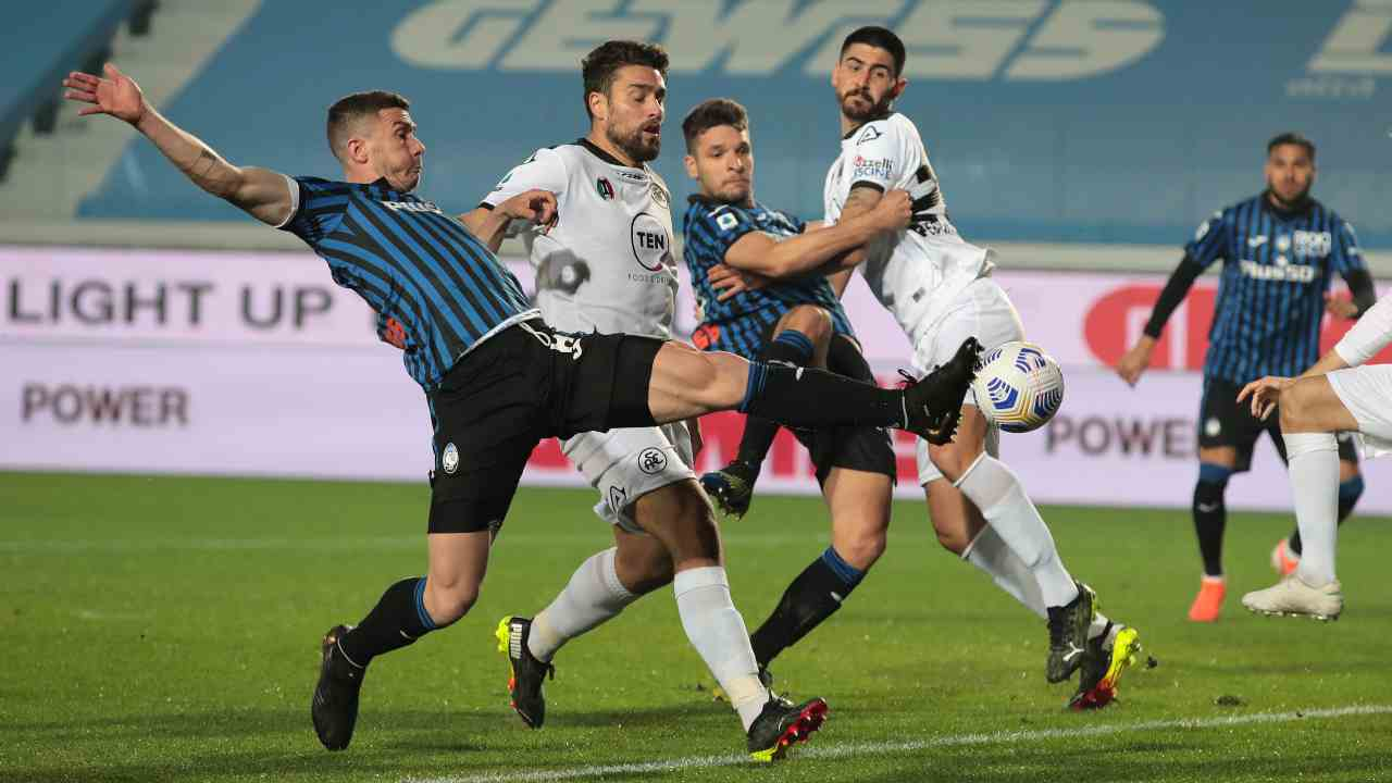 Da sinistra in primo piano: duello per il pallone fra Robin Gosens e Martin Erlic nella partita di Serie A del 12 marzo (foto di Emilio Andreoli/Getty Images)