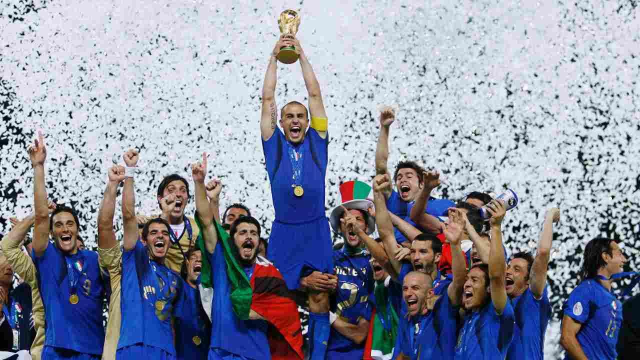 Il capitano della Nazionale italiana, Fabio Cannavaro, solleva la Coppa del Mondo dopo la vittoria sulla Francia, 9 luglio 2006 (foto di Shaun Botterill/Getty Images)