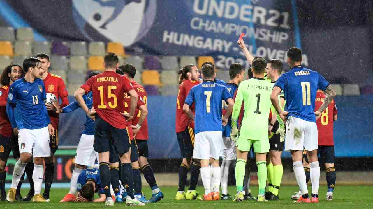 Spagna U21-Italia U21: l'arbitro Harm Osmers estrae il rosso per Oscar Mingueza. Campionato Europeo, 27 marzo 2021 (foto Jurij Kodrun/Getty Images).