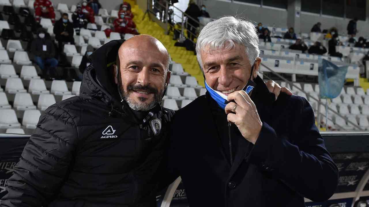 Da sinistra: l'allenatore dello Spezia Vincenzo Italiano e l'allenatore dell'Atalanta Gian Piero Gasperini a bordocampo prima della partita di Serie A del 21 novembre 2020 (foto di Giuseppe Bellini/Getty Images)