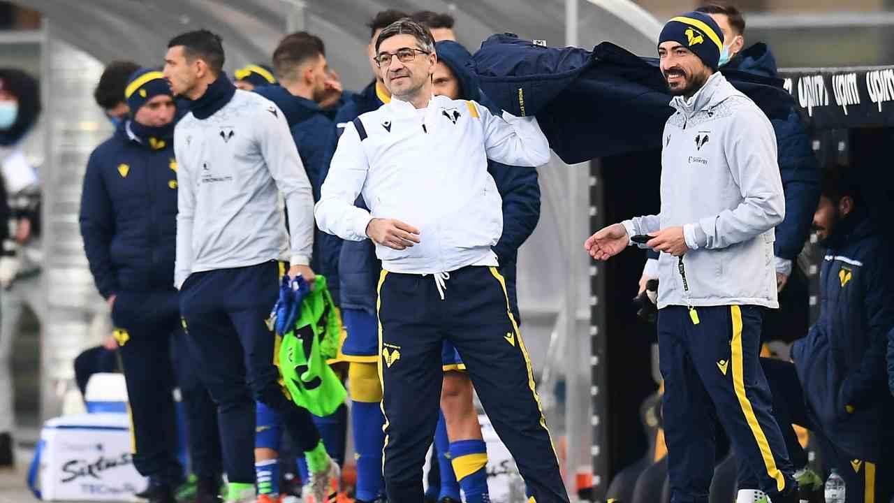 Hellas Verona, in primo piano da destra: il vice-allenatore Matteo Paro e l'allenatore Ivan Juric a bordocampo durante la partita di Serie A con il Napoli del 24 gennaio 2021 (foto di Alessandro Sabattini/Getty Images).
