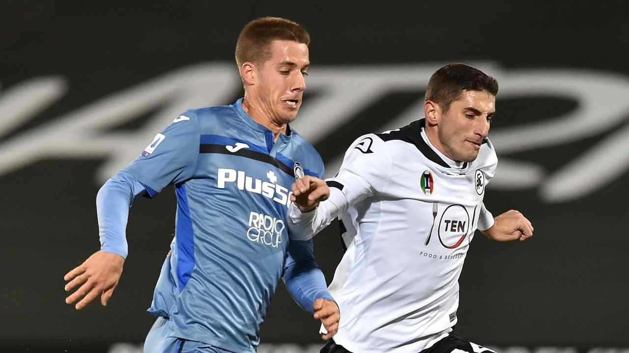 Da sinistra: Sam Lammers dell'Atalanta a duello con Federico Mattiello dello Spezia. Serie A, 21 novembre 2021 (foto di Giuseppe Bellini/Getty Images)