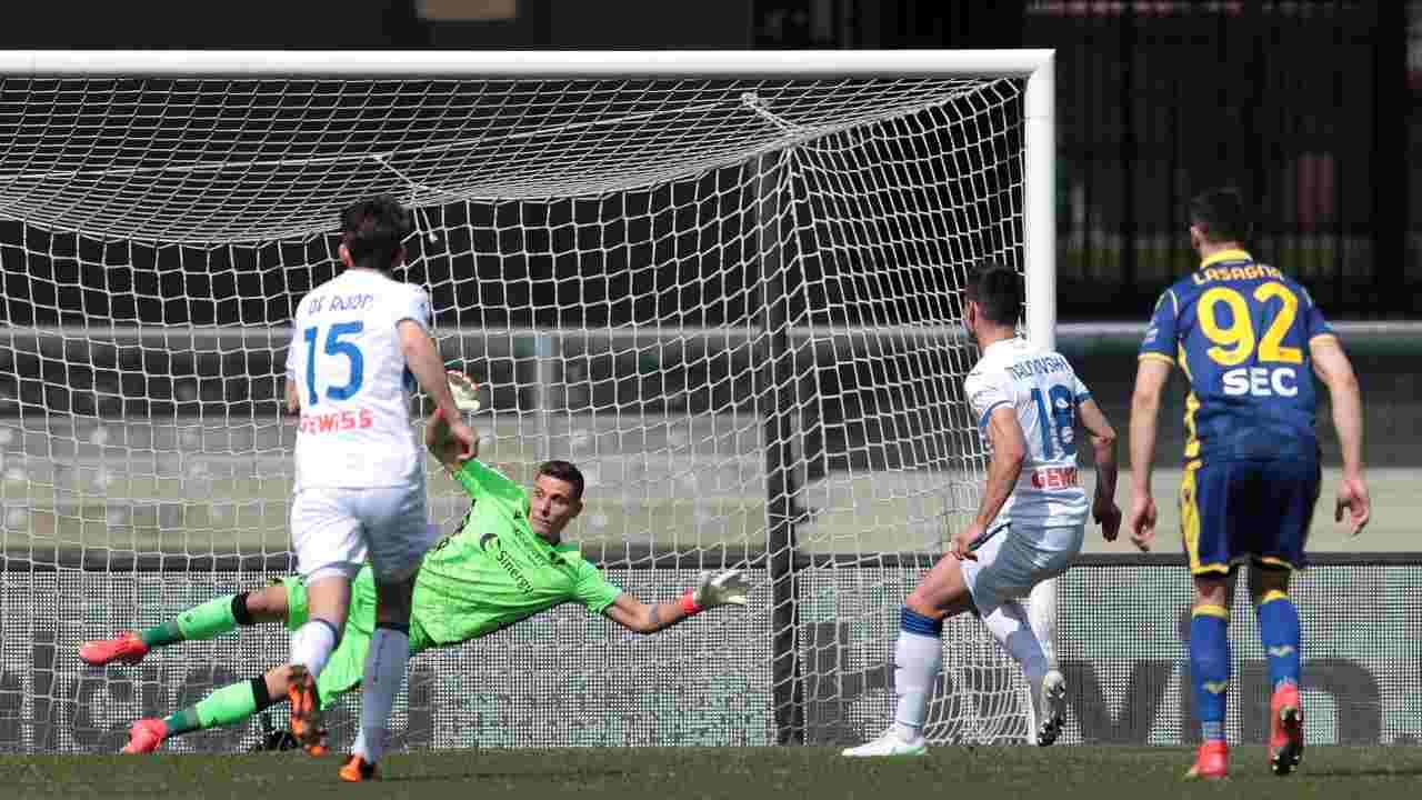 Da sinistra: De Roon dell'Atalanta guarda il calcio di rigore del compagno Ruslan Malinovskyi su cui il portiere Marco Silvestri non riesce ad intervenire. Serie A, 21 marzo 2021 (foto di Emilio Andreoli/Getty Images)