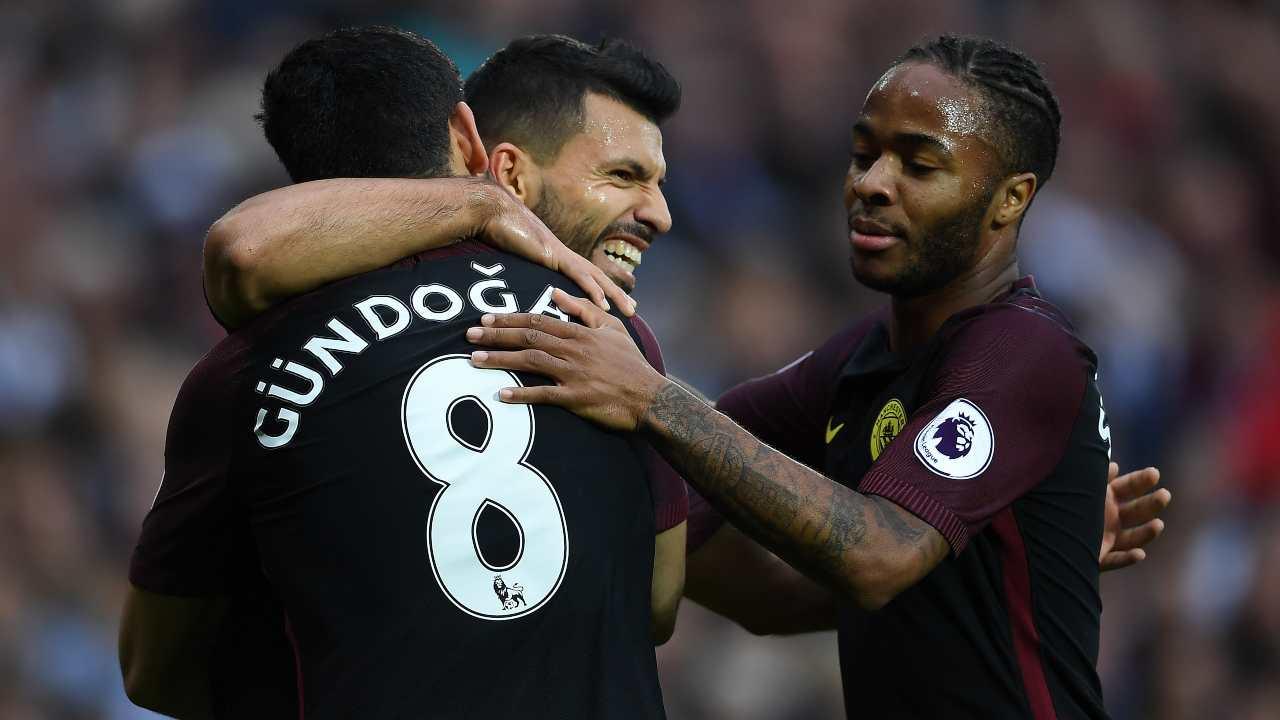 Manchester City, da sinistra: Ilkay Gundogan, Sergio Aguero e Raheem Sterling si abbracciano dopo il secondo gol al West Bromwich Albion. Premier League, 29 ottobre 2016 (foto di Laurence Griffiths/Getty Images).