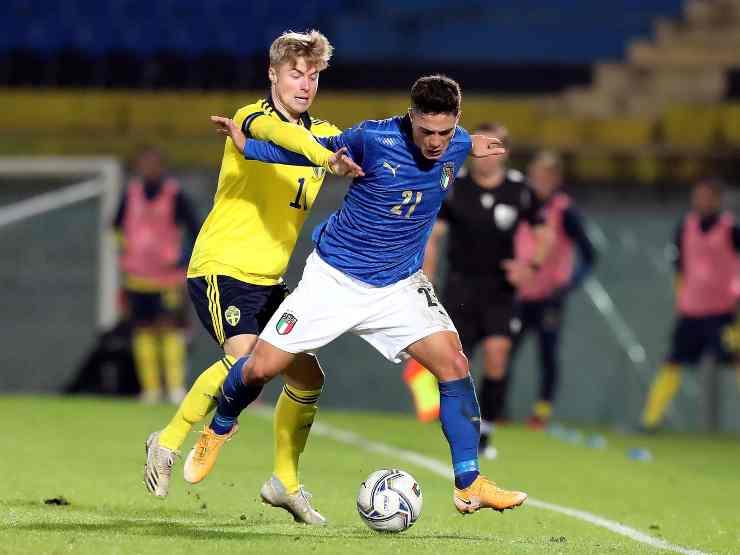 Campionato Europeo 2021 Under 21, da sinistra: Benjamin Nygren della Svezia U21 in marcatura su Giacomo Raspadori, 18 novembre 2020 (foto di Gabriele Maltinti/Getty Images).