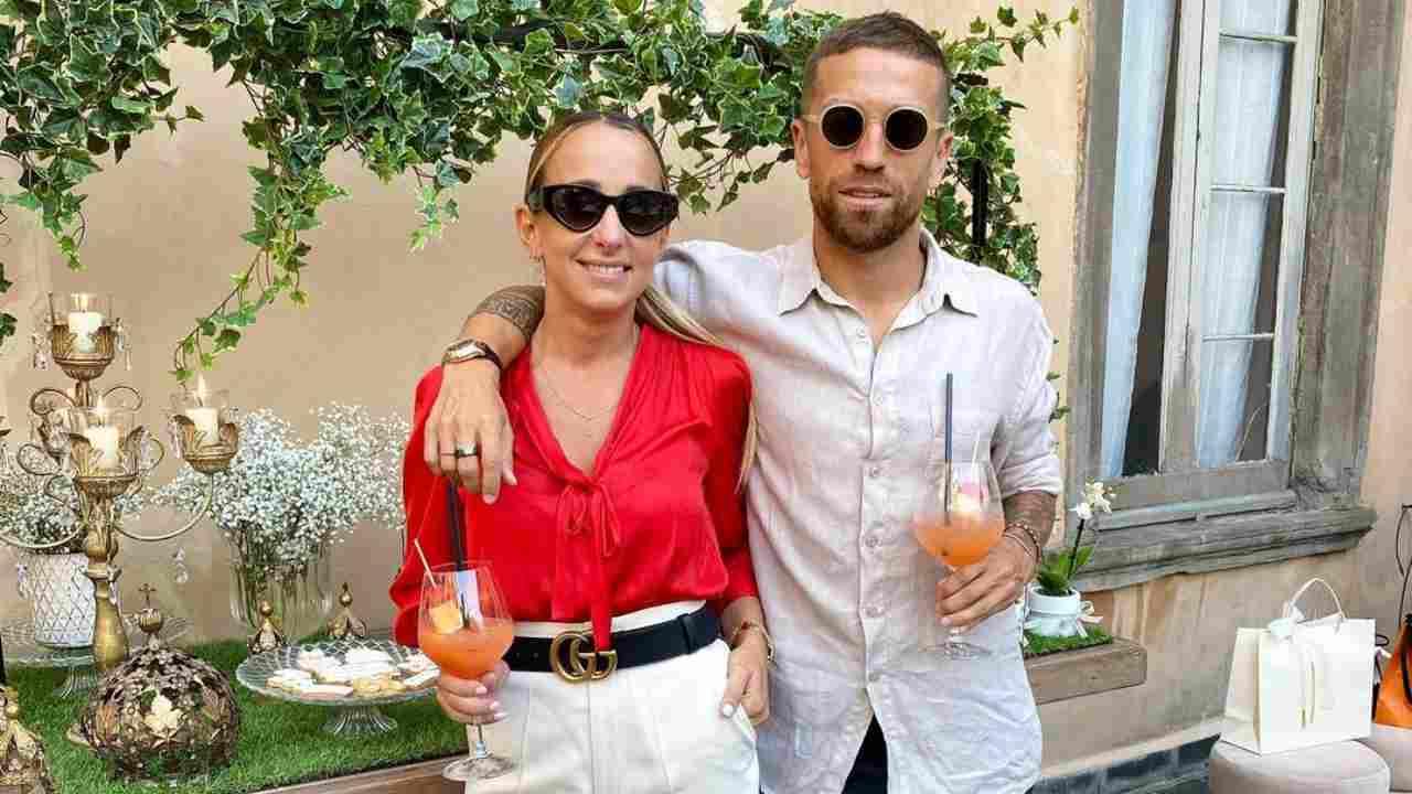 Da destra: il centrocampista Papu Gomez e la moglie Linda Raff nel ristorante Sole di Bergamo, settembre 2020 (foto Instagram @linda.raff)