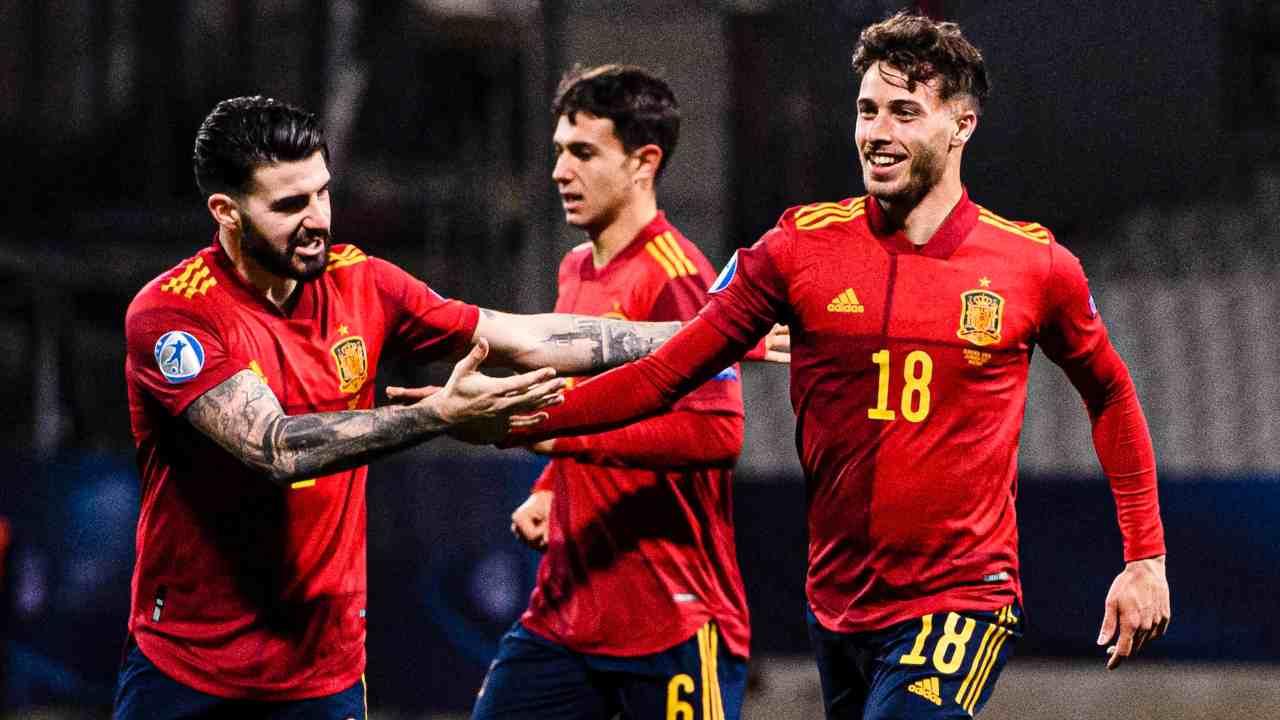 Spagna U21, da sinistra: Pipa, Martin Zubimendi, e Javier Puado festeggiano la prima rete contro la Slovenia U21. Europei U21, 24 marzo 2021 (foto © UEFA)