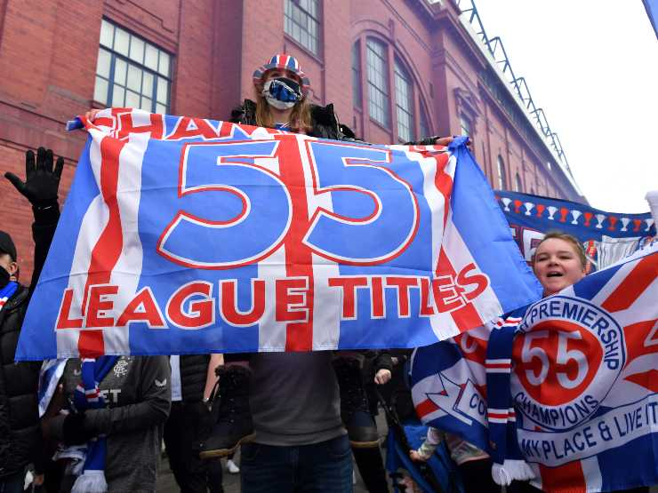 I tifosi dei Rangers radunati fuori dall'Ibrox Stadium per festeggiare la vittoria del campionato scozzese, 6 marzo 2021 (foto di Mark Runnacles/Getty Images)