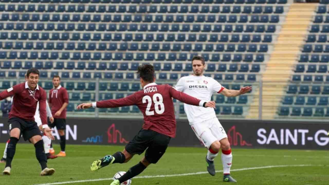 Da sinistra in primo piano: Samuele Ricci dell'Empoli imposta il tiro marcato da Daniel Cappelletti del Vicenza. Serie B, 28 novembre 2020 (foto © Empoli FC)
