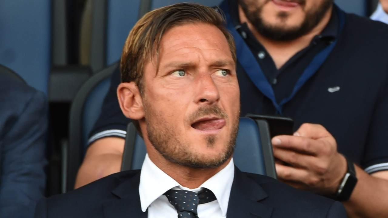 Francesco Totti sugli spalti del Gewiss Stadium di Bergamo per la partita Atalanta-Roma del 20 agosto 2017 (foto di Pier Marco Tacca/Getty Images)