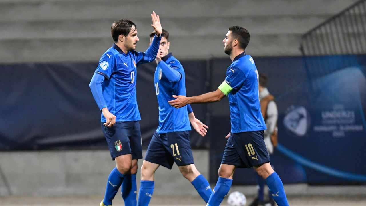 Italia U21, da sinistra: Gabriele Zappa e Patrick Cutrone festeggiano la rete del 2-0 di Giacomo Raspadori. Sullo sfondo: Giulio Maggiore. Campionato Europeo U21, 30 marzo 2021 (foto di Jurij Kodrun/Getty Images).
