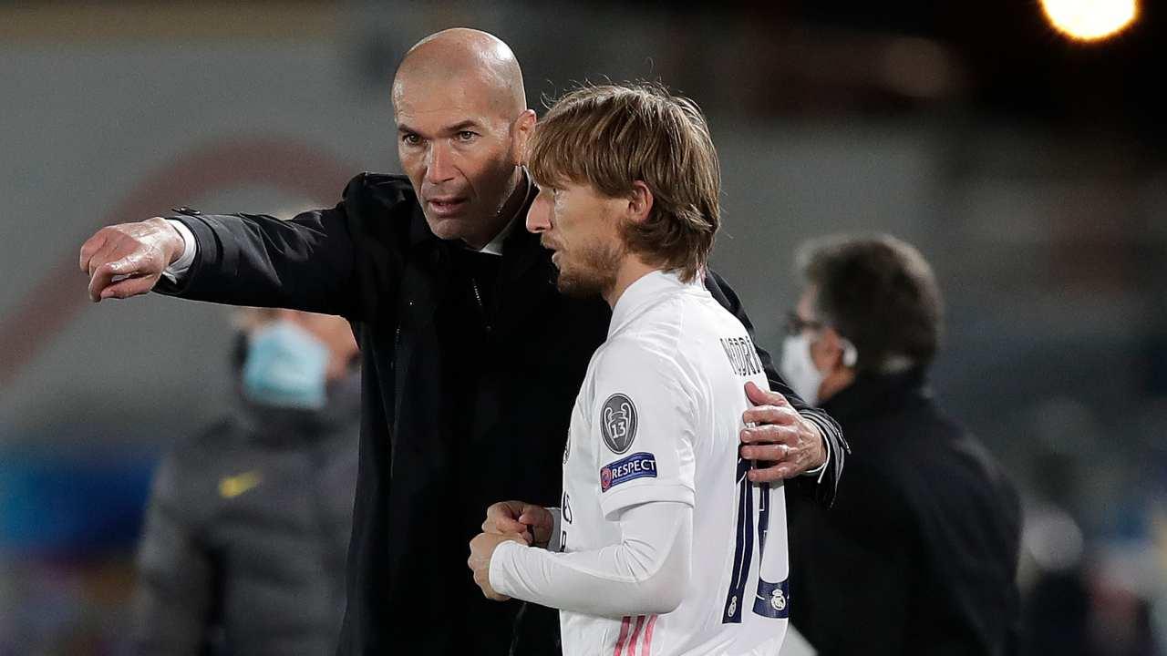 Real Madrid, da sinistra: l'allenatore Zinedine Zidane ed il centrocampista Luka Modric a bordocampo durante la partita di Champions League contro l'Inter, 3 novembre 2020 (foto di Gonzalo Arroyo Moreno/Getty Images)