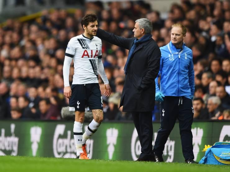 Da sinistra: il centrocampista Ryan Mason del Tottenham viene consolato dall'allenatore del Chelsea José Mourinho del Tottenham per la sua sostituzione durante la partita di Premier League, 29 novembre 2015 (foto di Shaun Botterill/Getty Images).