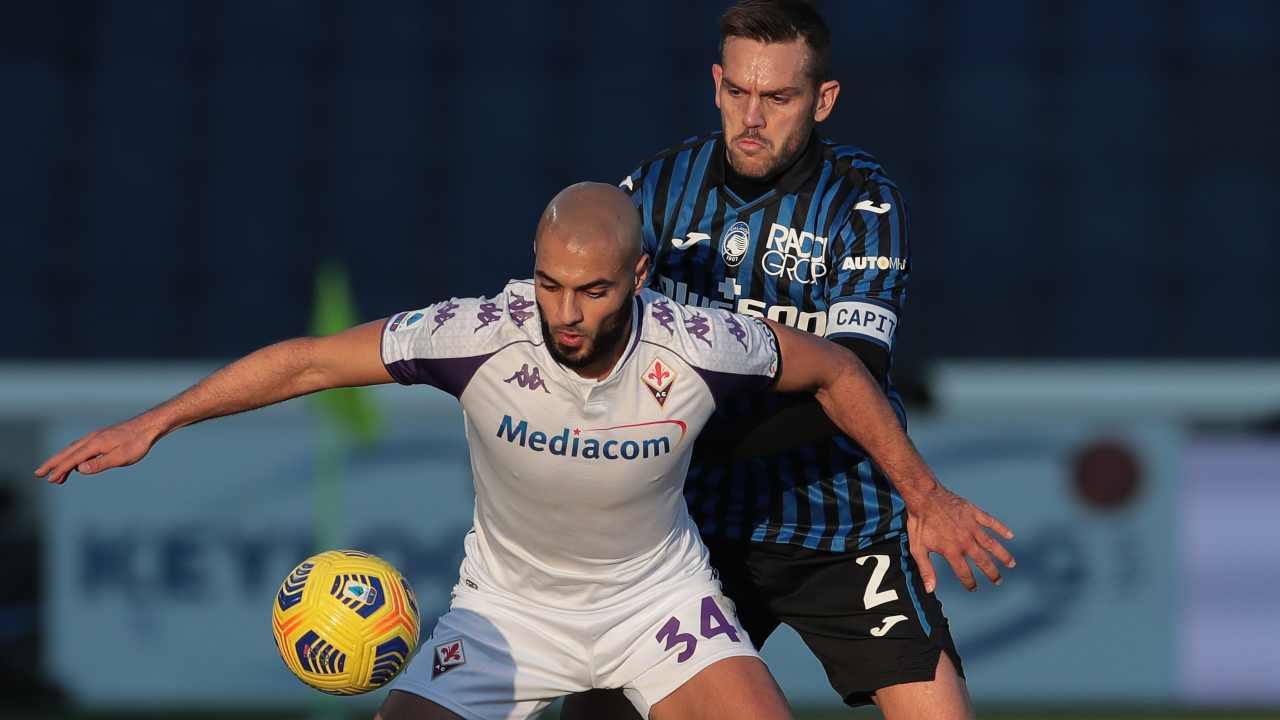 Da sinistra: Sofyan Amrabat della Fiorentina protegge il pallone da Rafael Toloi dell'Atalanta. Serie A, 13 dicembre 2020 (foto di Emilio Andreoli/Getty Images).