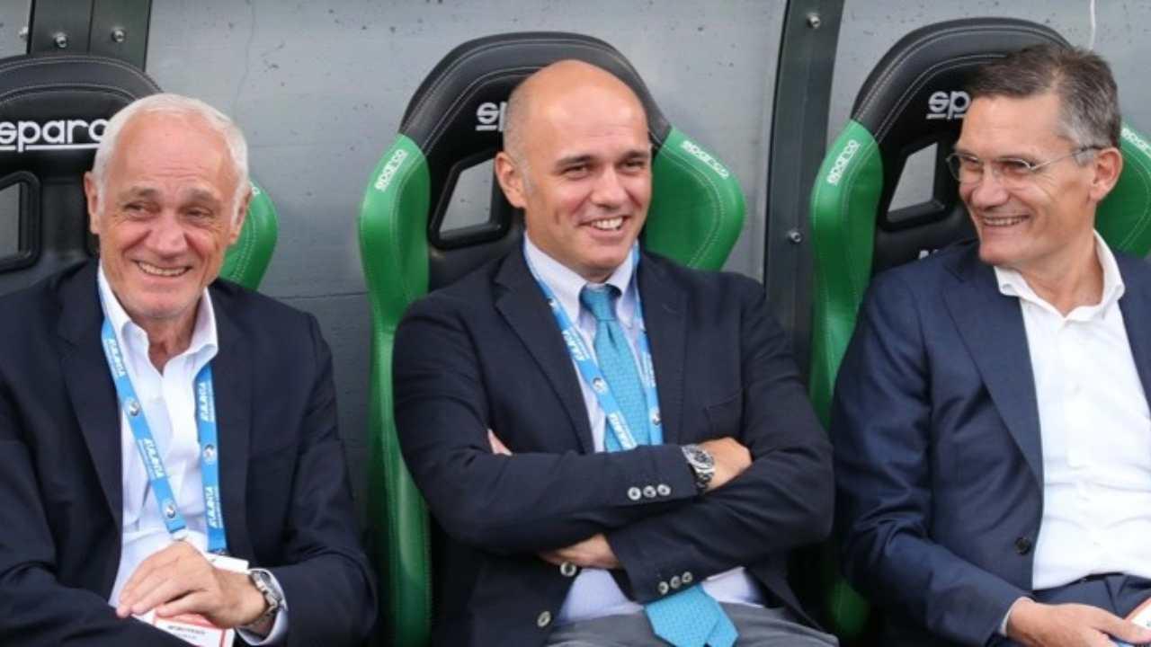 Atalanta, da sinistra: il presidente Antonio Percassi, l'amministratore delegato Luca Percassi ed il responsabile dell'area Tecnica Giovanni Sartori a bordocampo (foto © Atalanta Bergamasca Calcio).