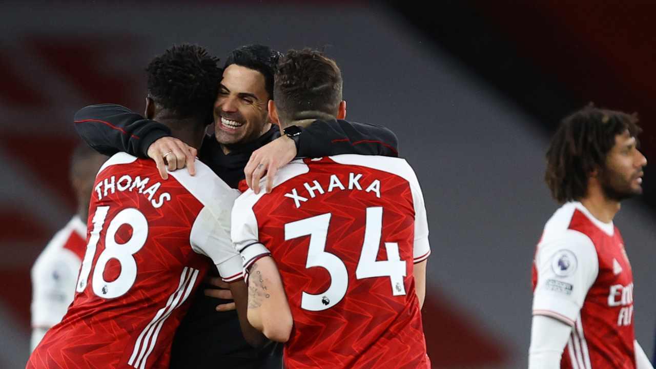 Arsenal, da sinistra: Thomas Partey, l'allenatore Mikel Arteta e Granit Xhaka festeggiano la vittoria sul Tottenham. Premier League, 14 marzo 2021 Julian Finney/Getty Images).