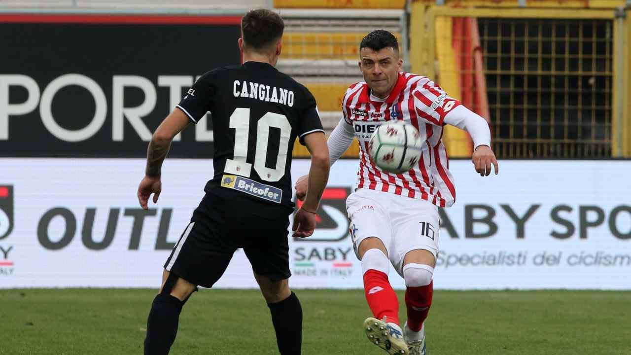 Da sinistra: l'ala sinistra dell'Ascoli Gianmarco Cangiano si contende la sfera con il difensore centrale del Vicenza Emanuele Padella. Serie B, 19 dicembre 2020 (foto © Ascoli Calcio 1898 FC).