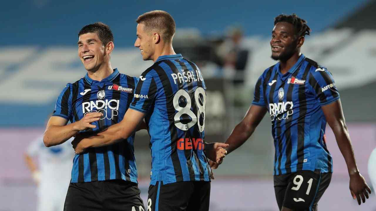 Atalanta, da sinistra: Ruslan Malinovskyi, Mario Pasalic e Duvan Zapata festeggiano la rete al Brescia. Serie A, 14 luglio 2020 (foto di Emilio Andreoli/Getty Images).