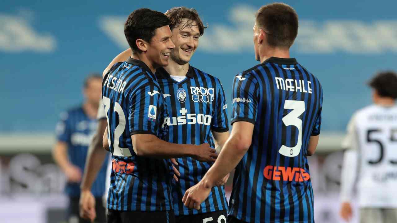 Atalanta, da sinistra: Matteo Pessina, Alexsey Miranchuk e Joakim Maehle festeggiano la rete del 5-0 sul Bologna nel Gewiss Stadium di Bergamo. Serie A, 25 aprile 2021 (foto di Emilio Andreoli/Getty Images).