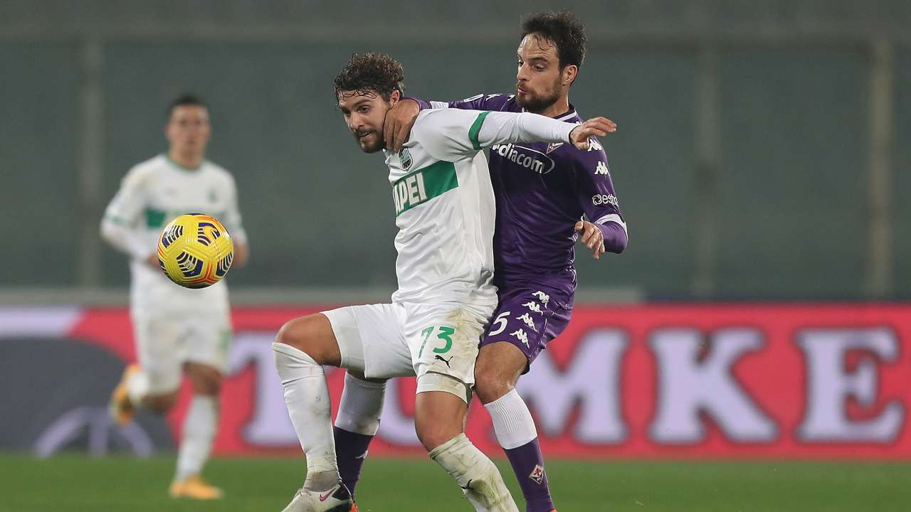 Da sinistra in primo piano: Manuel Locatelli del Sassuolo protegge il pallone da Giacomo Bonaventura della Fiorentina. Serie A, 16 dicembre 2020 (foto di Gabriele Maltinti/Getty Images).
