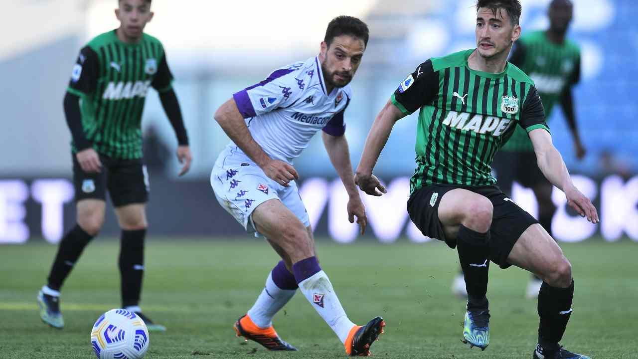 In primo piano al centro: Giacomo Bonaventura nell'azione che lo porterà a segnare la rete dello 0-1 alla Fiorentina. Serie A, 17 aprile 2021 (foto di Alessandro Sabattini/Getty Images).