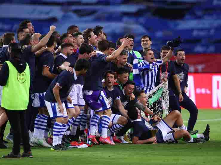 Il Real Sociedad si mette in posa per la foto celebrativa della vittoria sull'Athletic club che vale anche la vittoria della Copa del Rey, 3 aprile 2021 (foto di Fran Santiago/Getty Images).