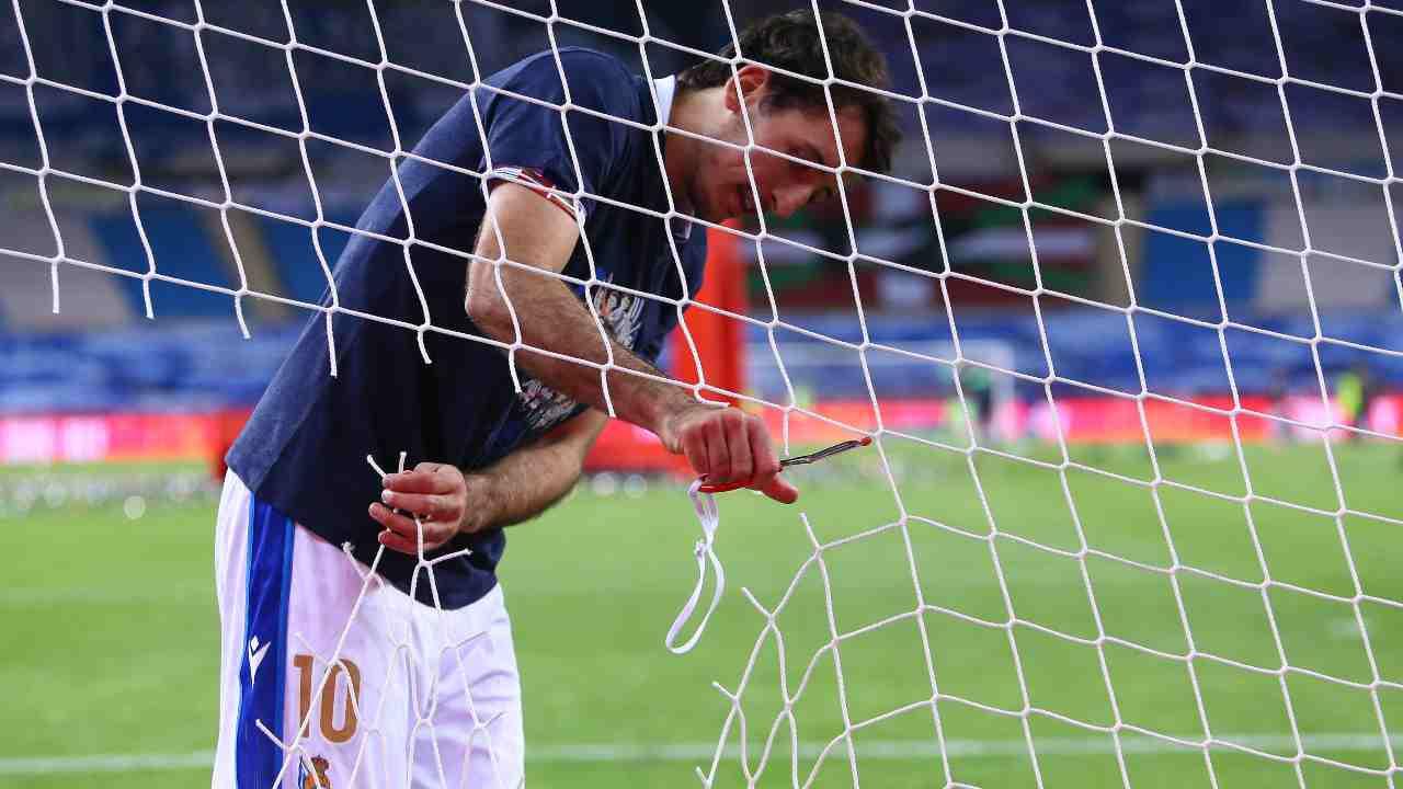 Copa del Rey: Mikel Oyarzabal della Real Sociedad taglia la rete dopo la vittoria in finale sull'Athletic Club, 3 aprile 2021 (foto di Fran Santiago/Getty Images).