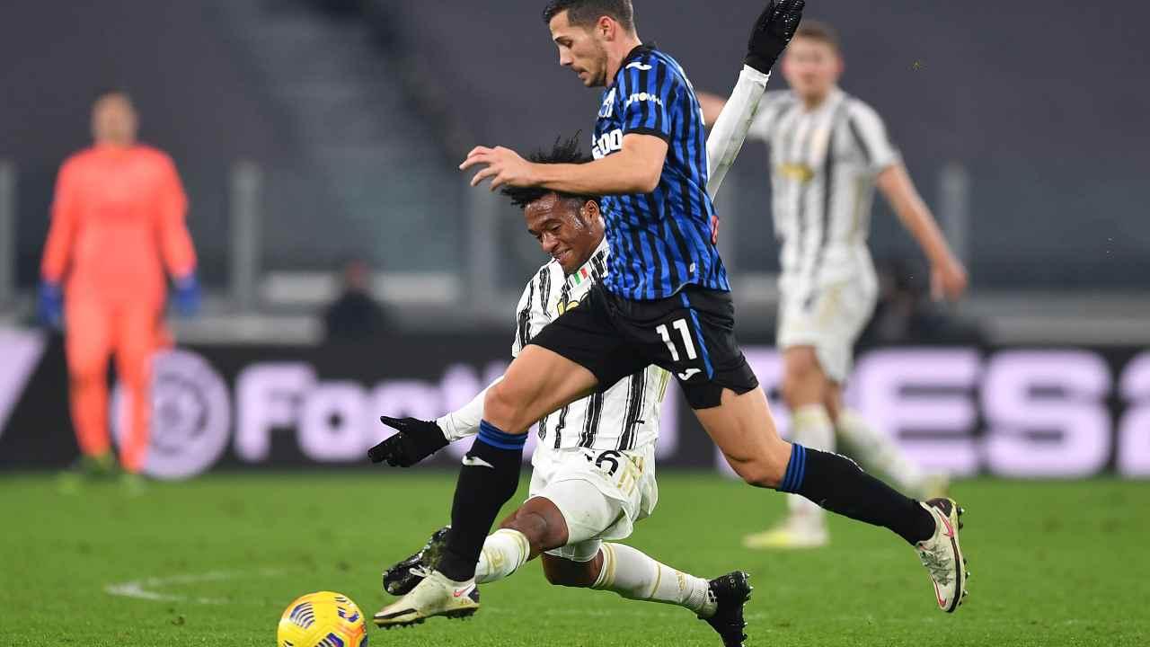 Da destra in primo piano: il centrocampista dell'Atalanta Remo Freuler a duello con Juan Cuadrado della Juventus nell'Allianz Stadium. Serie A, 16 dicembre 2020 (foto di Valerio Pennicino/Getty Images).