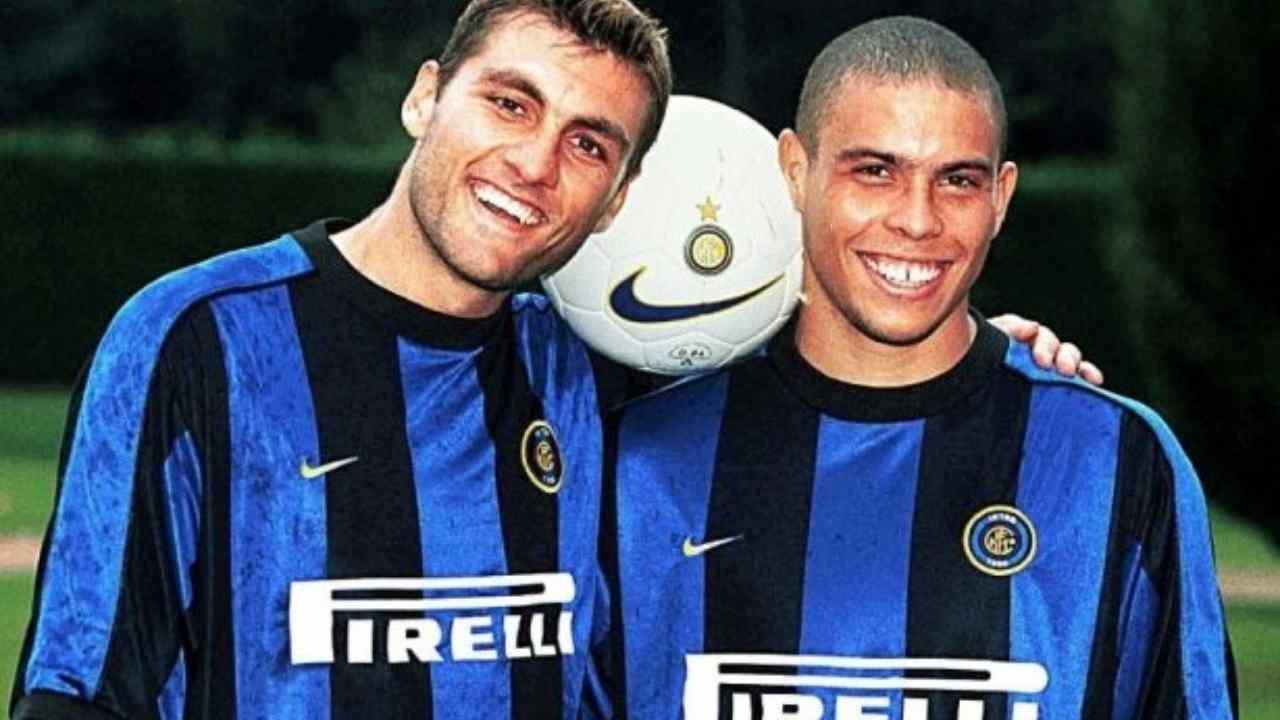 Inter, da sinistra: gli attaccanti Christian Vieri e Ronaldo. Hanno giocato insieme in nerazzurro dal 1997 al 2002 (foto © FC Internazionale).