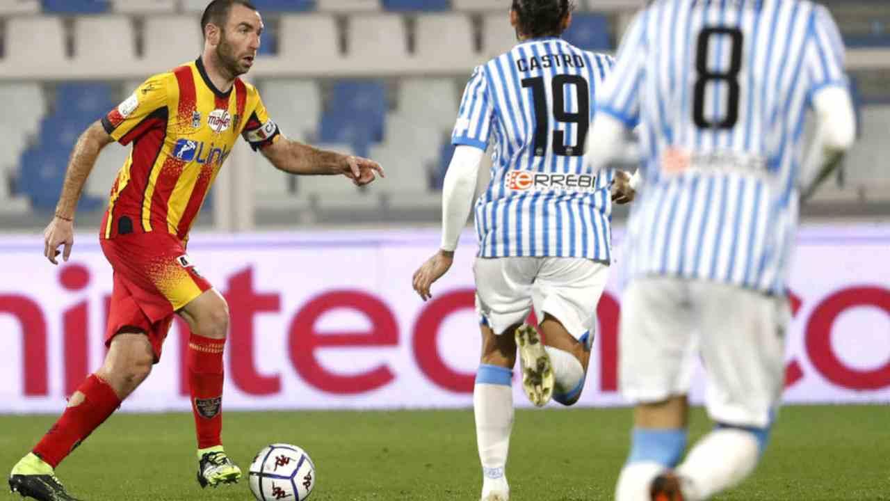 Da sinistra: il capitano del Lecce Marco Mancosu in campo contro Lucas Castro e Mattia Valoti della SPAL. Serie B, 2 dicembre 2021 (foto © U.S. Lecce).