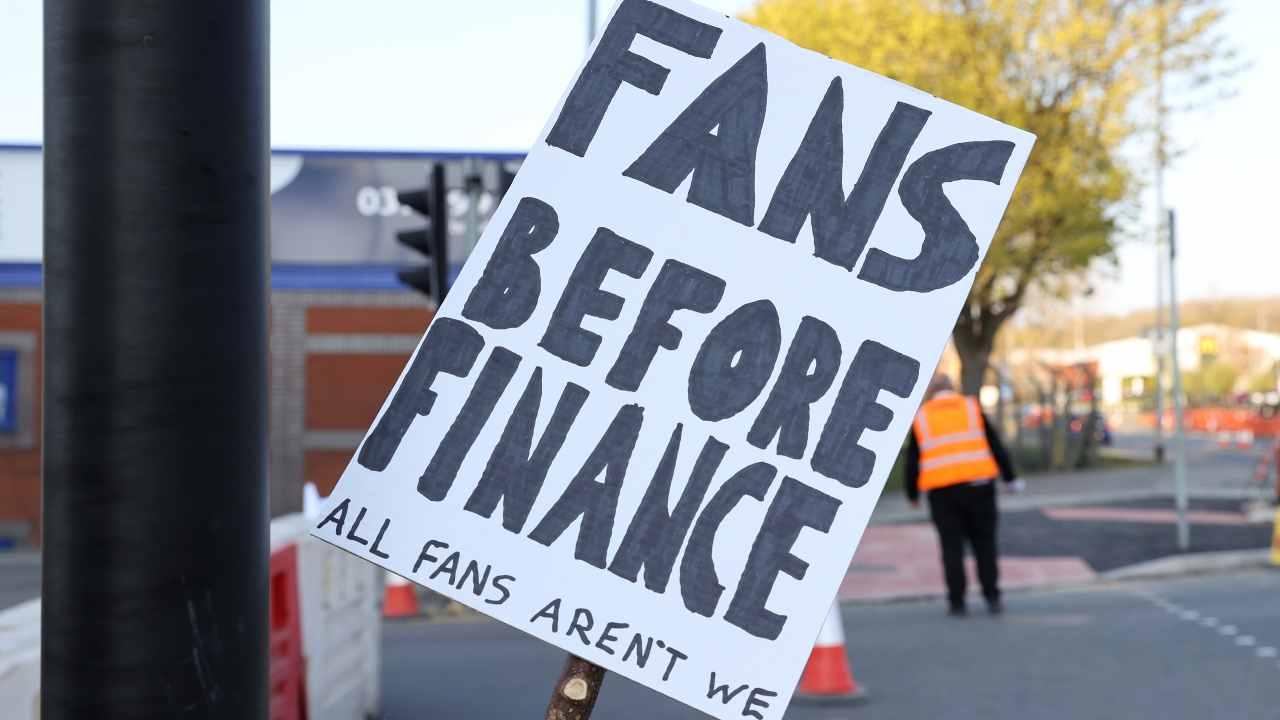 La protesta dei tifosi del Leeds United ad Elland Road prima della partita con il Liverpool. Premier League, 19 aprile 2021 (foto di Clive Brunskill/Getty Images).