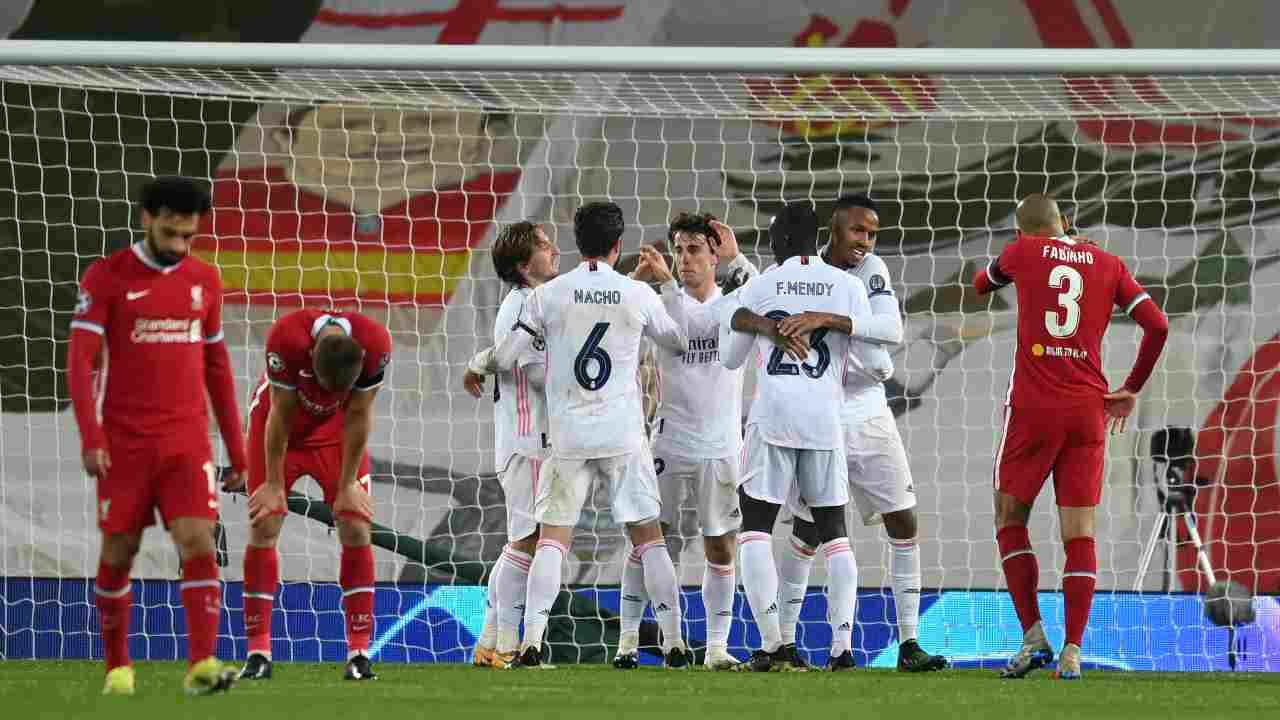 Al centro: il Real Madrid festeggia la vittoria sul Liverpool al termine della partita di ritorno dei quarti di finale. Champions League, 14 aprile 2021 (foto di Michael Regan/Getty Images).