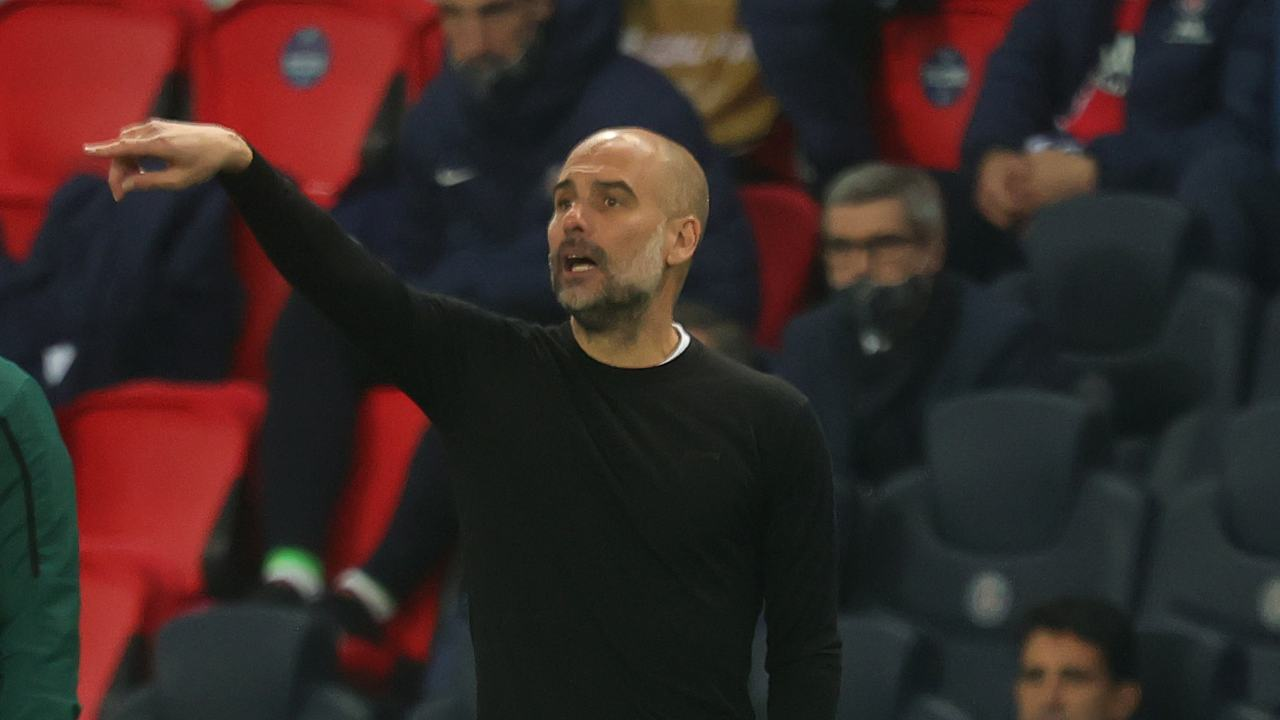Manchester City, l'allenatore Pep Guardiola a bordocampo nel Parc des Prices durante la partita con il PSG. Champions League, semi-finali, 28 aprile 2021 (foto di Alex Grimm/Getty Images).