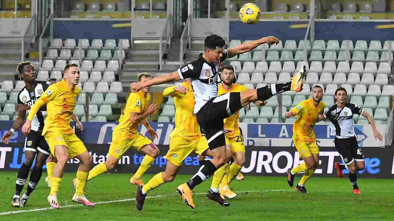 In primo piano al centro: Yordan Osorio del Parma in azione nello Stadio Ennio Tardini. Serie A, partita con il Cagliari del 16 dicembre 2020 (foto di Alessandro Sabattini/Getty Images).