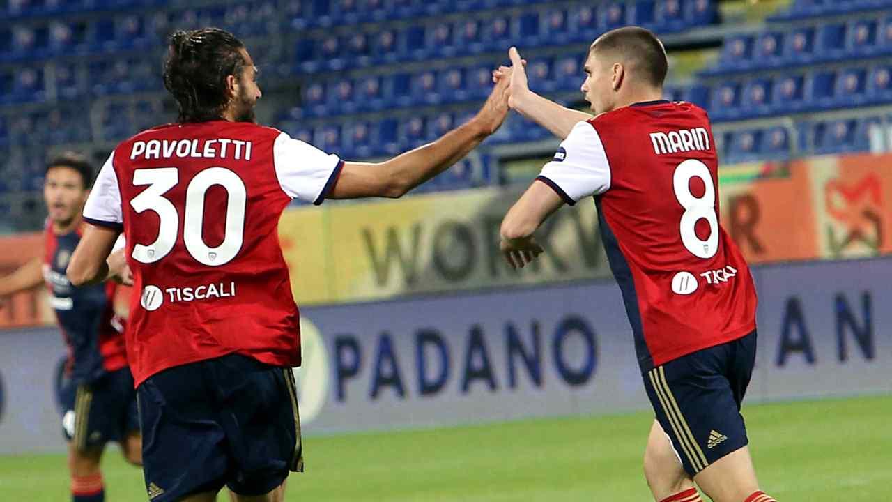 Cagliari, da sinistra: Leonardo Pavoletti e Razvan Marin festeggiano il gol del parziale 1-2 sul Parma che riapre la partita. Serie A, Sardegna Arena, 17 aprile 2021 (foto di Enrico Locci/Getty Images).