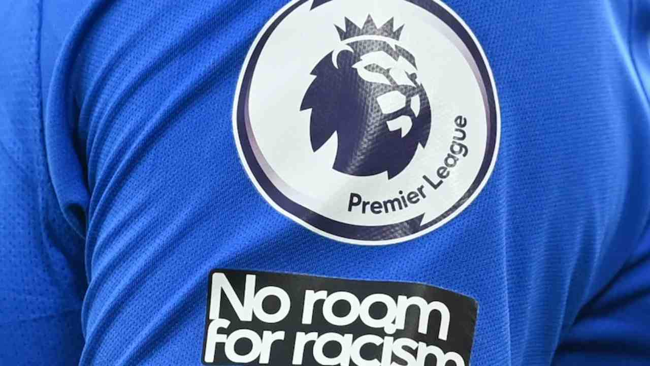 """Premier League: nella stagione 2020/21 la lega inglese ha deciso di far apporre su tutte le maglie la scritta """"Non c'è posto per il razzismo"""", che sostituisce la precedente """"Black Lives Matter""""."""