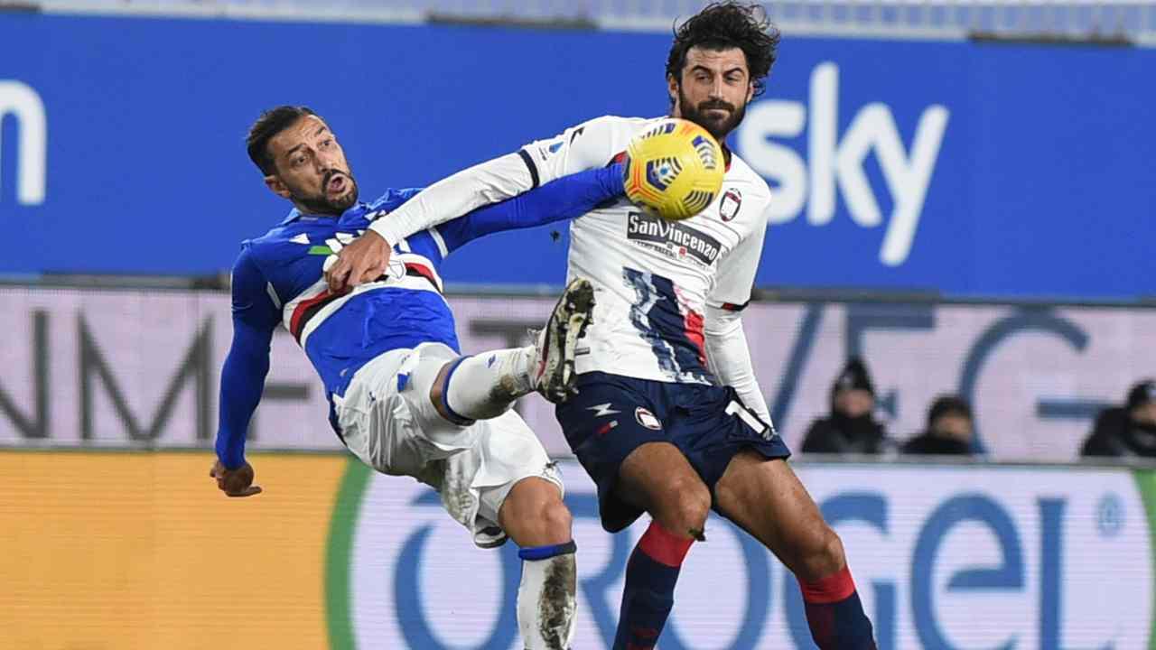 Da sinistra: Fabio Quagliarella della Sampdoria e Guillame Gigliotti del Crotone si contendono il pallone nello Stadio Luigi Ferraris. Serie A, 19 dicembre 2020 (foto di Paolo Rattini/Getty Images).