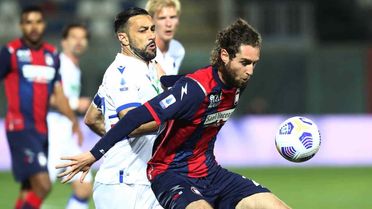 Da destra in primo piano: Niccolò Zanellato protegge il pallone da Fabio Quagliarella durante la partita nello Stadio Ezio Scida. Serie A, 21 aprile 2021 (foto di Maurizio Lagana/Getty Images).