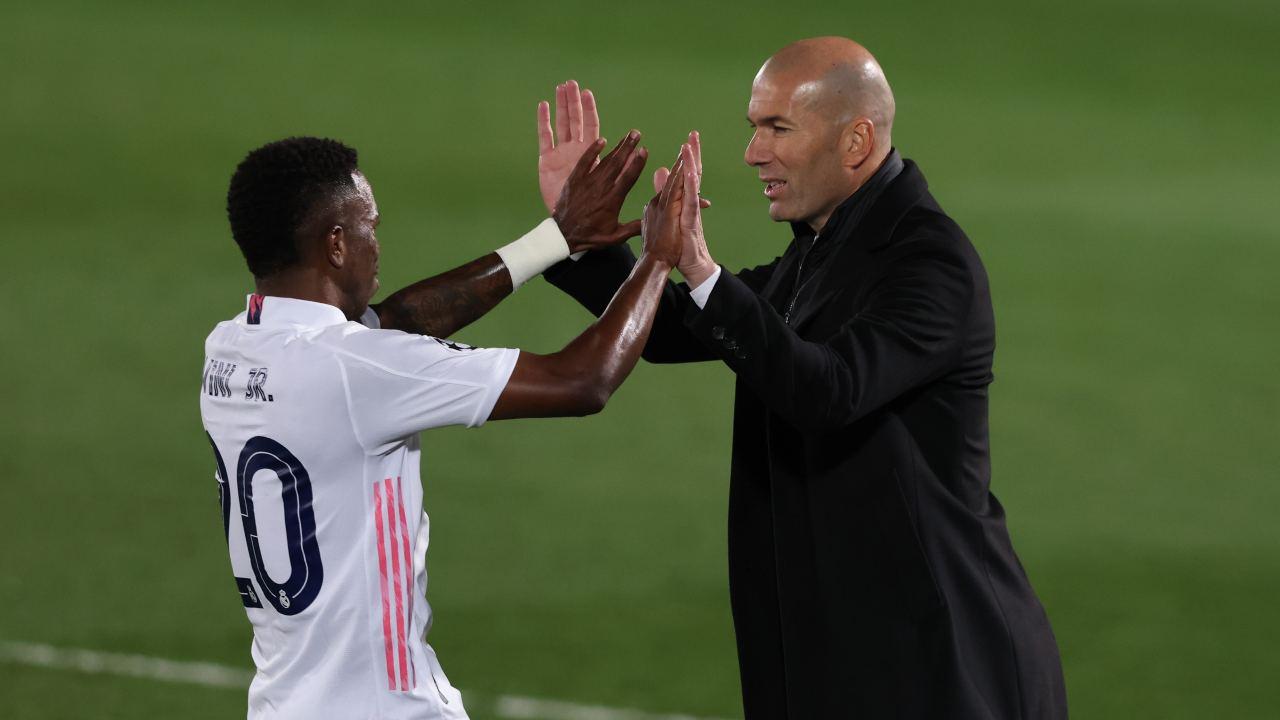 Real Madrid, da sinistra: Vinicius Junior corre dal suo allenatore Zinedine Zidane dopo aver segnato la doppietta personale e la rete del 3-1 al Liverpool. Champions League, quarti di finale, 6 aprile 2021 (foto di Angel Martinez/Getty Images).